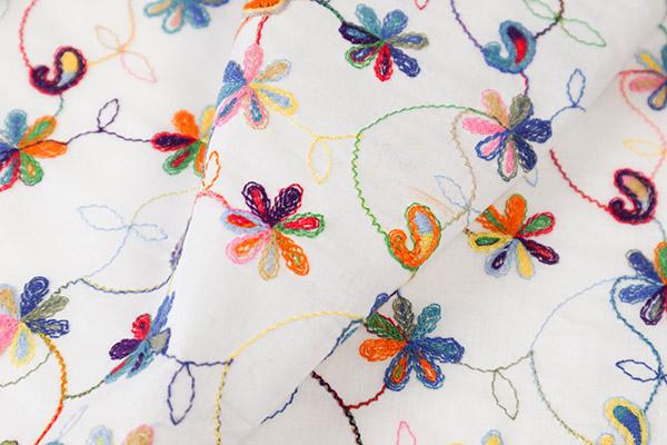 lin brodé fleurs multicolores